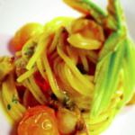 Spaghettoni con frutti di mare, datterino giallo e fiori di zucca