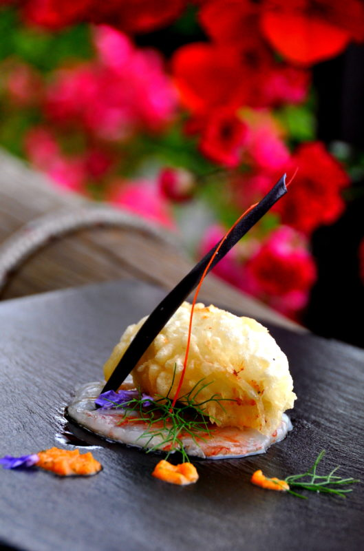 Parmigiana di melanzane croccante su carpaccio di gamberi rossi