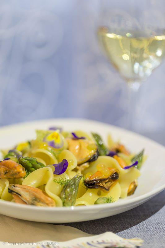 Trucioli Latini di Gualtiero Marchesi con cozze, asparagi e sfere di passion fruit