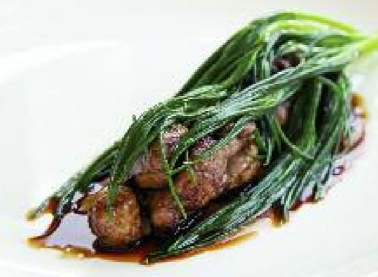 Immagine di animelle, fondo di carne, agretti e foglie di spinacino