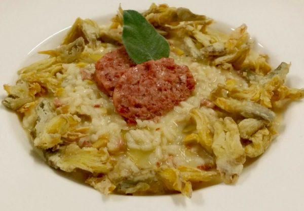 Immagine di risotto mantecato al pecorino romano, con cotechino e carciofi croccanti
