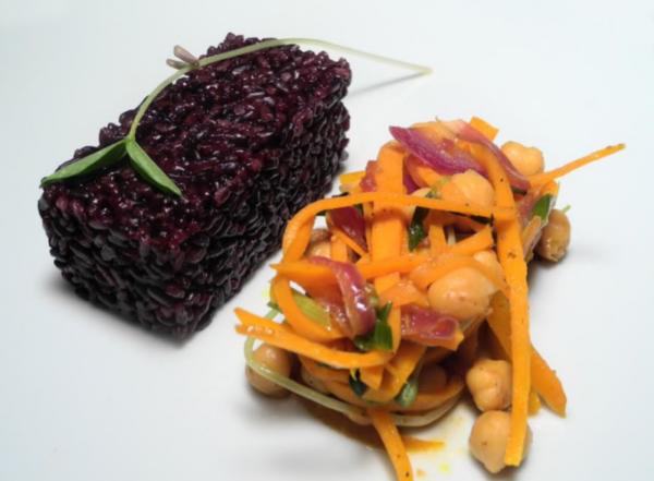riso venere speziato con verdure e ceci