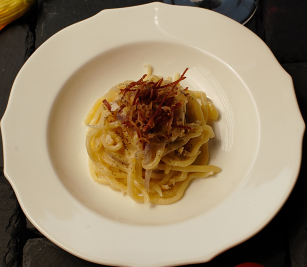 Spaghetti alla chitarra con pecorino, cipolla rossa di Certaldo e guanciale croccante