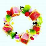 Tagliata di tonno su salsa di yogurt, mirtilli e verdure