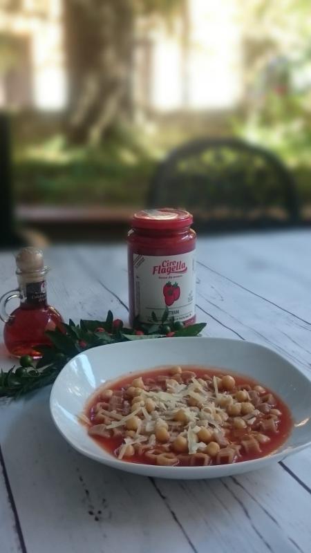zuppa di pomodoro Ciro Flagella con ceci e colatura di alici