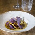 Funghi cardoncelli con crema di patate arrosto e chips di patate viola