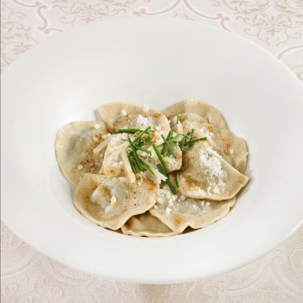 Mezzelune ripiene di ricotta e spinaci con parmigiano reggiano e burro fuso