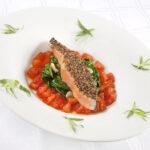 Trancio di salmone al forno con spinaci e pomodori fondenti