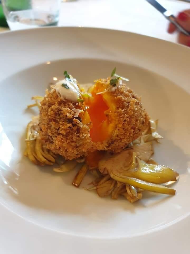 Uovo croccante, insalata di carciofi e crema di pecorino.