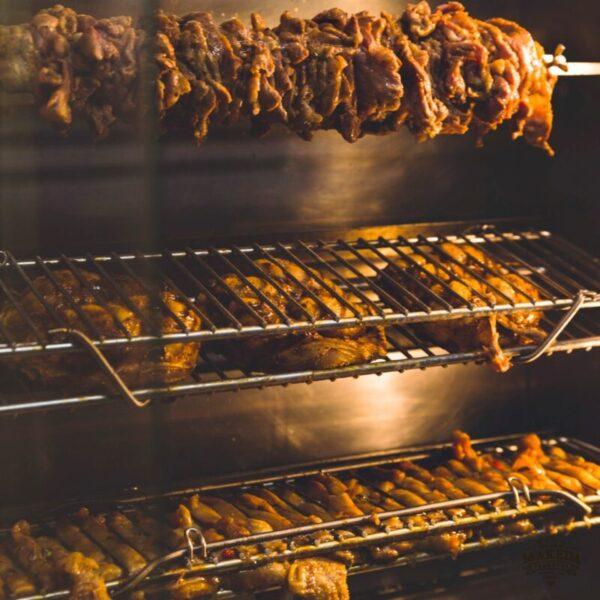 Queen Makeda Grand Pub a Roma: girarrosto, wok, burger e brunch. Un menù che fa il giro del mondo!