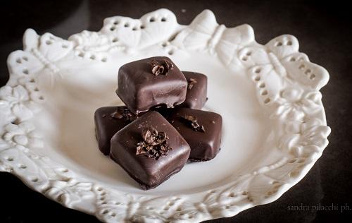 Praline di cioccolato con cuore morbido al pistacchio