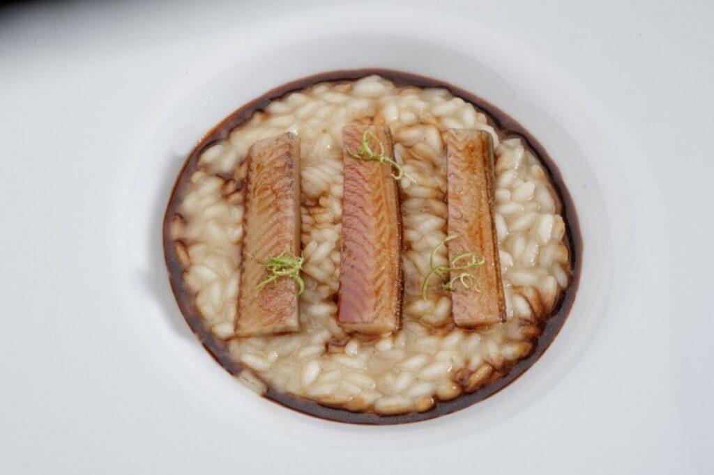 Riso lime e rosmarino con anguilla teriyaki e crostacei